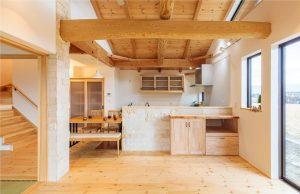 丸太梁が魅力の心地良い家